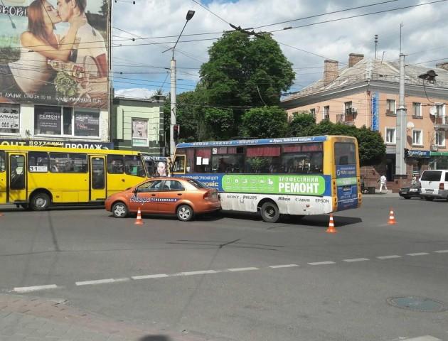 У центрі Луцька зіткнулися дві маршрутки та легкове авто