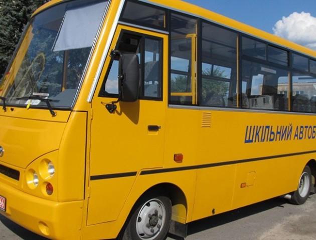 На Волині через неуважність водія шкільний автобус  ледь не в'їхав у потяг