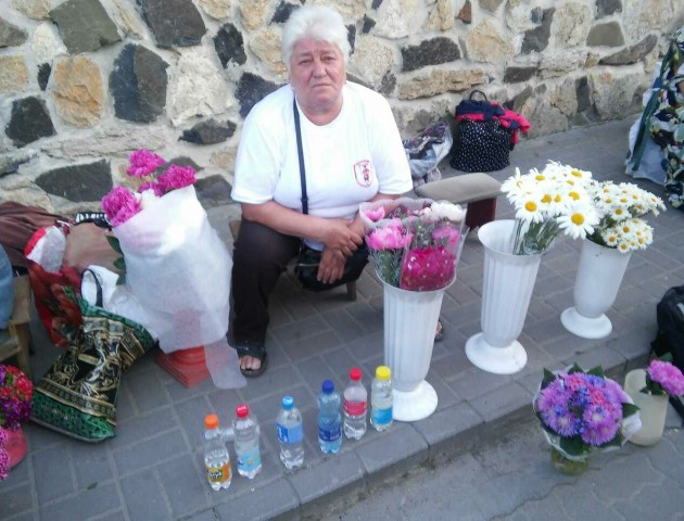 У Луцьку продавчиня квітів приторговувала сурогатом