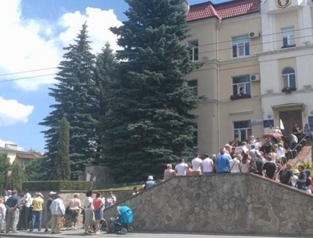 У Луцьку десятки людей пікетують міську раду