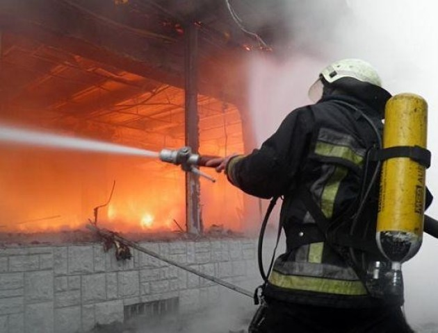 Волинські пожежники врятували жінку з палаючого будинку