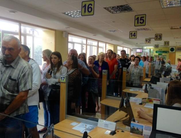 Черги у ЦНАПі: лучани масово виробляють закордонні паспорти