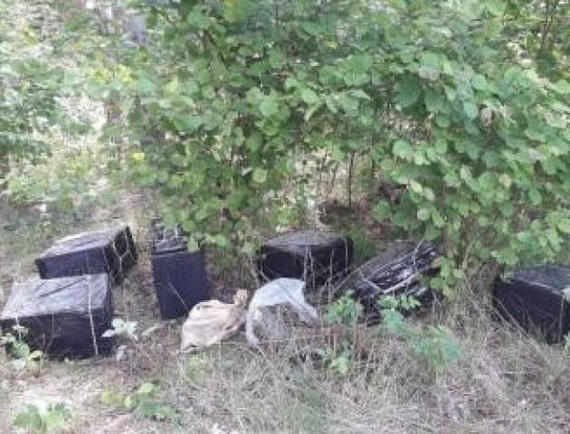 Волинські прикордонники виявили у лісі 18 ящиків контрабандних цигарок