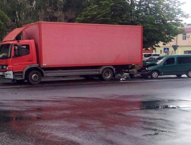 У Луцьку «чобіток» «пірнув» під вантажівку