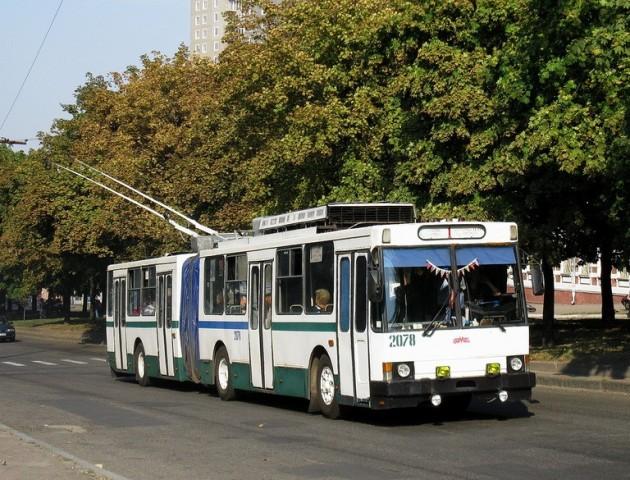 У луцькому тролейбусі під час руху відвалилася деталь