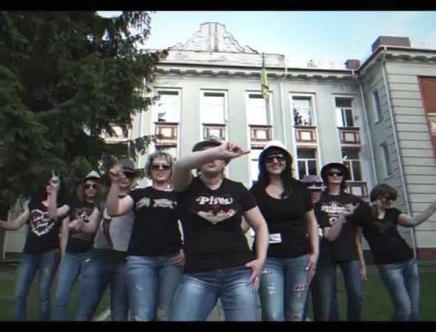 Батьки рівненських випускників переспівали «Тает лед»