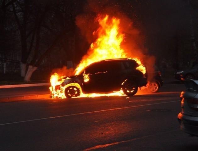 Вночі у Луцьку палало авто нардепа