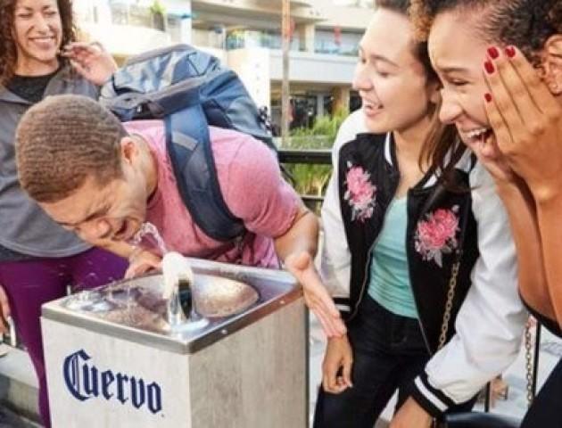 В Лос-Анджелесі на день встановили фонтанчики з текілою