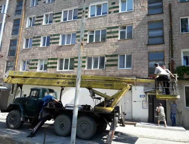 Як за сприяння луцьких депутатів у багатоповерхівці проводять ремонт