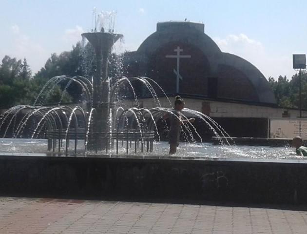 Маленькі лучани рятуються від спеки у фонтанах. ФОТО