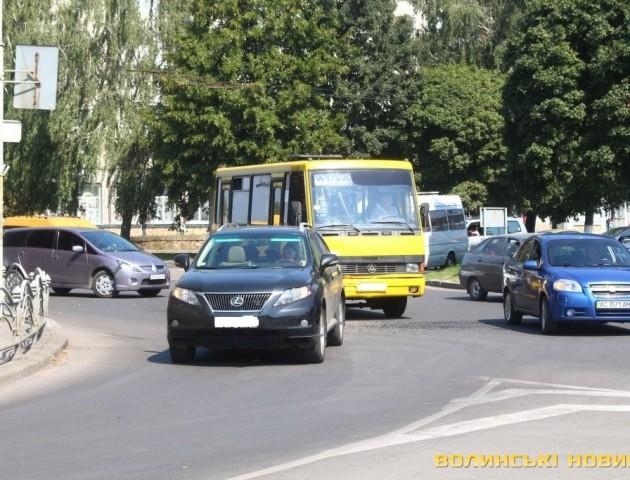 У Луцьку біля кінотеатру ДТП за участі маршрутного таксі та «Лексуса»