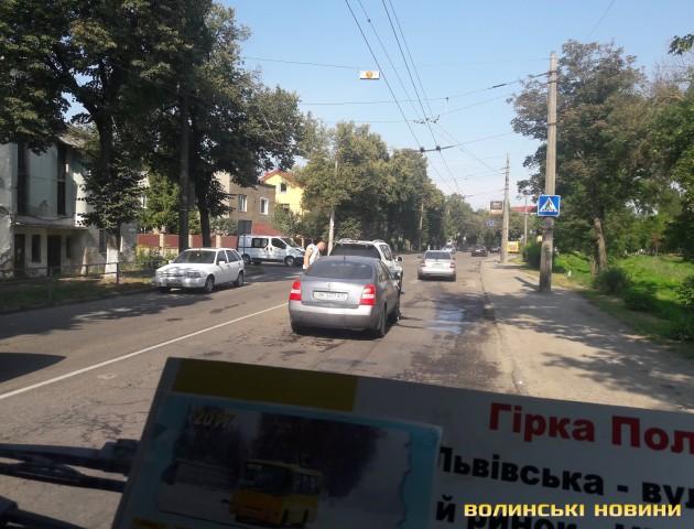 Поблизу Старого ринку у Луцьку легковик врізався у позашляховик