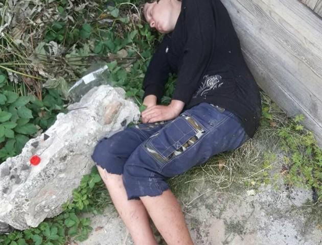 Посеред дня у Луцьку на вулиці валялася п'яна жінка. ФОТО. ВІДЕО