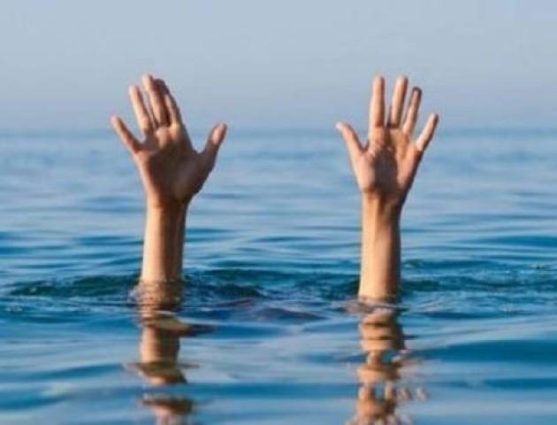 Рятувальники за лічені хвилини витягли з води двох молодиків