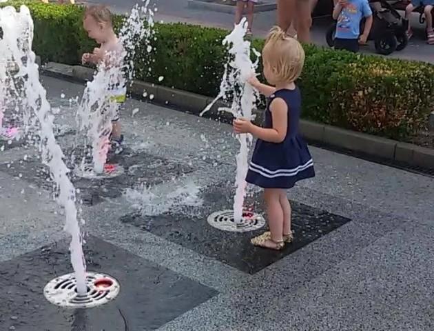 Спека посилюється, а луцькі дітлахи не вилазять з фонтанів