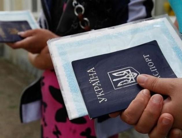 Чому українці їдуть за кордон і куди йдуть працювати?