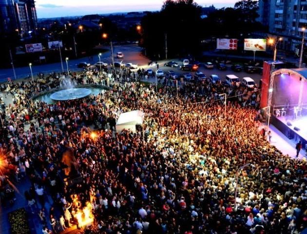 Концерт біля РЦ «Промінь» зібрав тисячі лучан. ФОТО