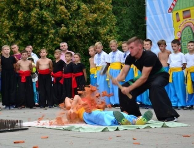 Учні школи козацьких бойових мистецтв в центрі Луцька ходили по склу