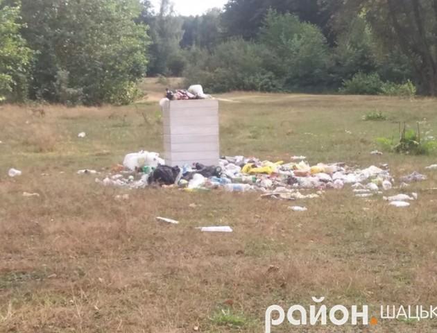 Берег мальовничого волинського озера перетворили на смітник
