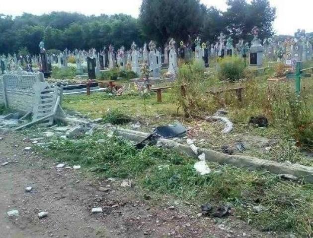 На Волині «мажорчики» на польських номерах рознесли огорожу кладовища