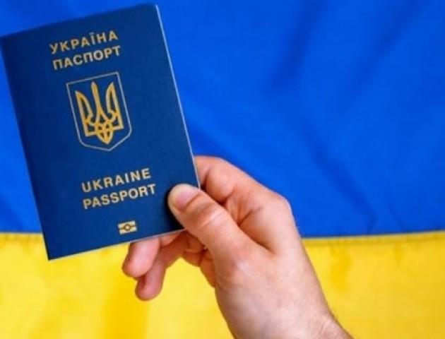 Стало відомо, скільки біометричних паспортів замовили українці від початку безвізу