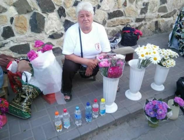 У Луцьку вкотре спіймали жінку, яка приторговувала квітами та оковитою