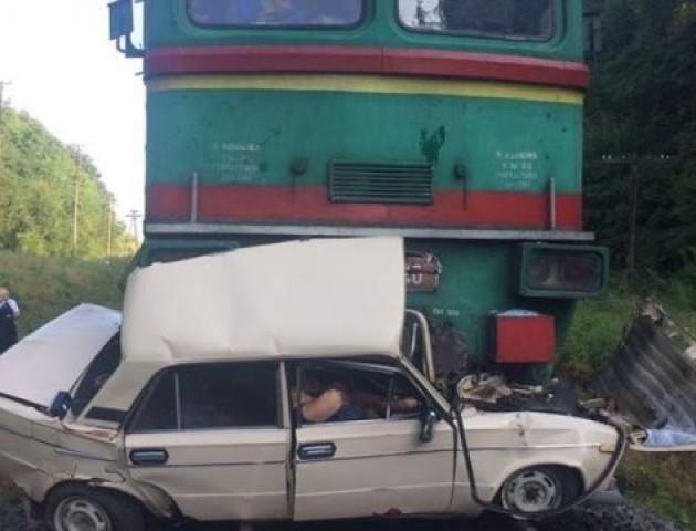 На Івано-Франківщині потяг розчавив легковик на переїзді: троє загиблих