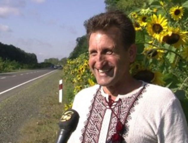 Волинський митець засіяв соняхами та чорнобривцями 40 кілометрів доріг