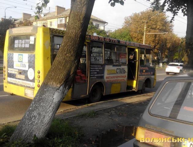 У Луцьку маршрутка та позашляховик спричинили аварію