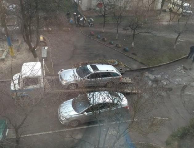 У Луцьку автівці на єврономерах пробили усі колеса за паркування під під'їздом