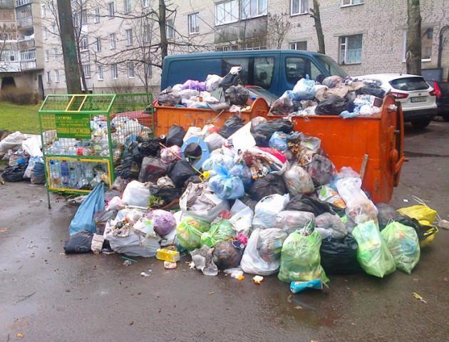 У Луцьку замість вивезення сміття – папірець із привітанням від комунальників