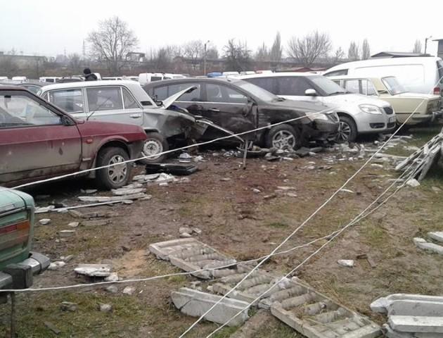 У Рівному п'яний водій  розтрощив 26 автомобілів