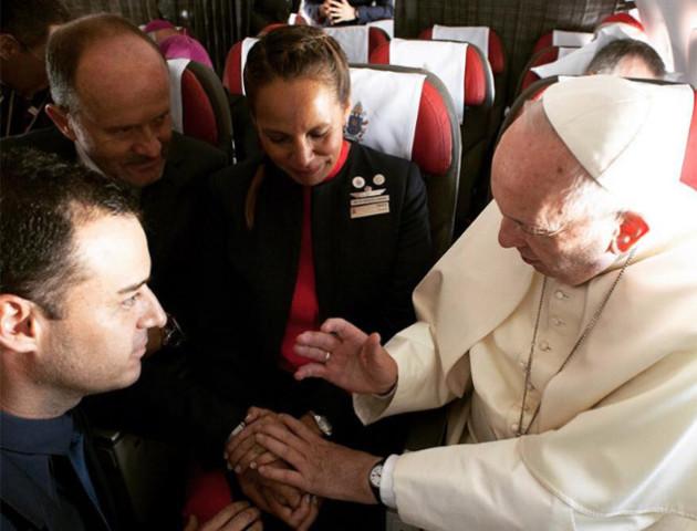 Уперше в історії Папа Римський обвінчав пару на борту літака