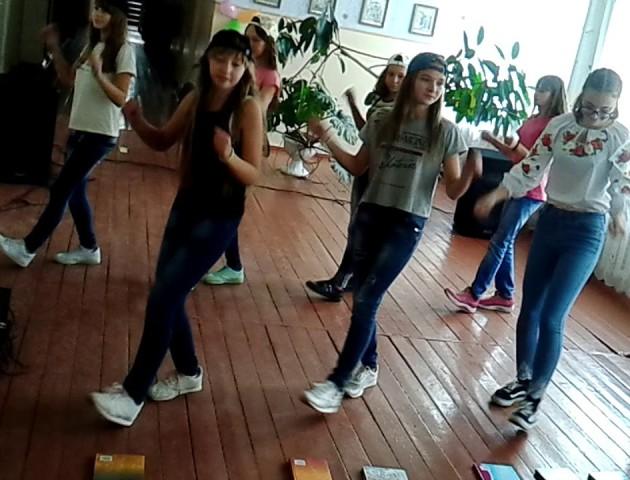 Дитячі танці під недитячу пісню: на Волині школярі запалювали під Шакіру. ВІДЕО