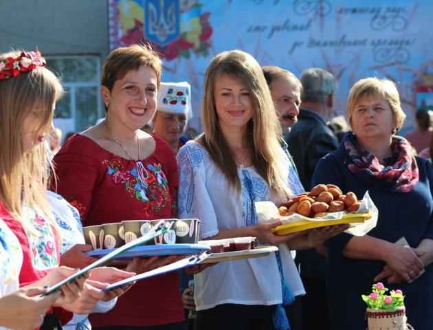 Смачні частування, пісні та розваги: як у Зимному відсвяткували День громади. ФОТО