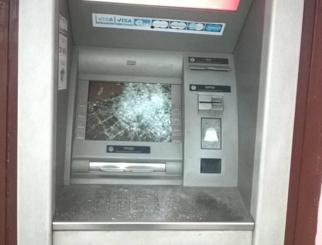 Розтрощили вікна і двері аптеки та банкомат: у Нововолинську похуліганили невідомі. ФОТО