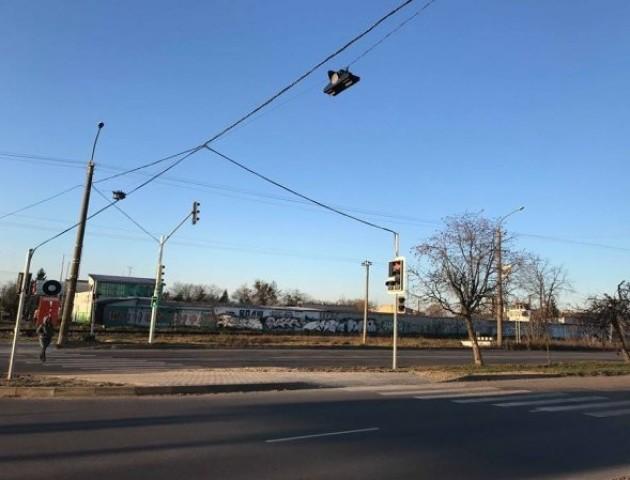 На аварійному перехресті у Луцьку запрацював світлофор. ФОТО