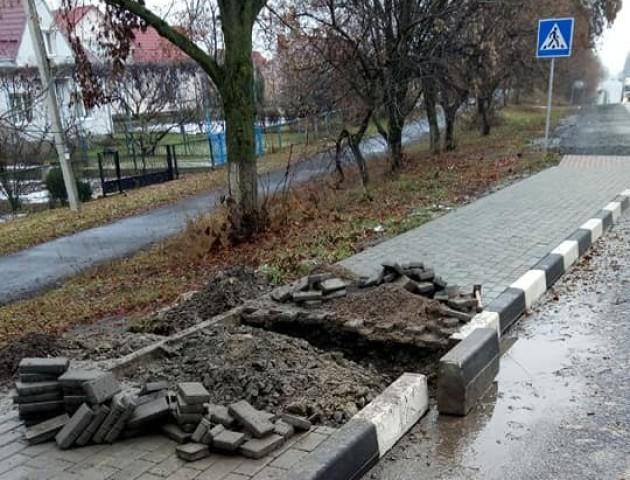 У селі під Луцьком ремонтують небезпечну зупинку. ФОТО