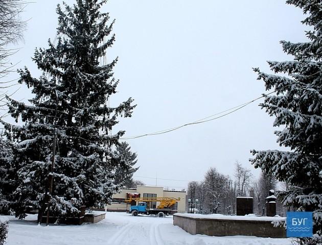 У центрі Іванич прикрашають похилену новорічну ялинку. ФОТО