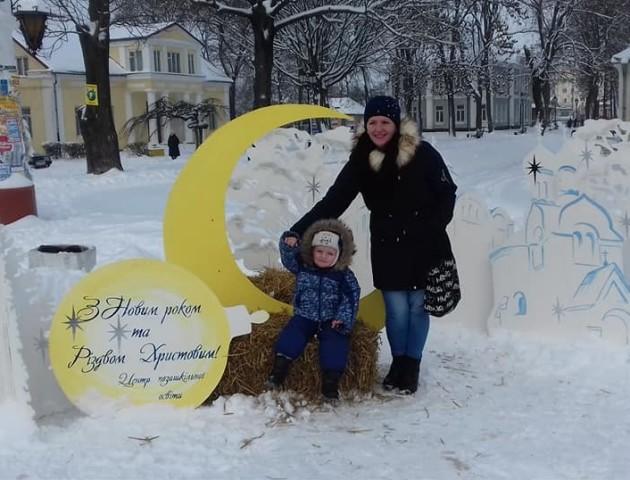 У Володимирі-Волинському почали встановлювати святкові інсталяції. ФОТО