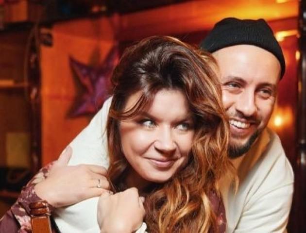 У мережі з'явилися романтичні світлини співака з Луцька Монатика з дружиною