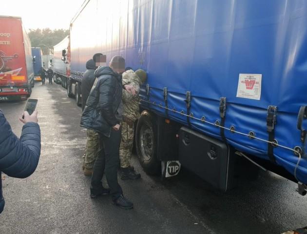 Подробиці затримання прикордонника, який за гроші пропускав вантажівки без черги. ФОТО