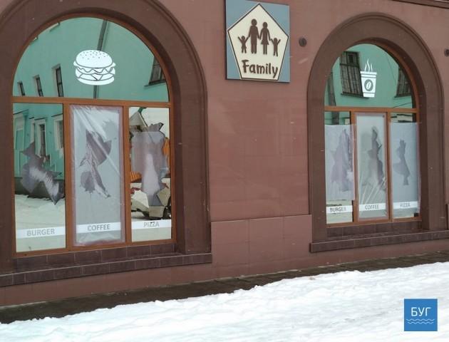 Знову хулігани: у Нововолинську вже не вперше б'ють вікна кафе. ФОТО