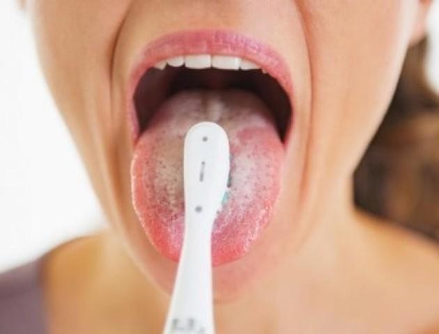 Стоматологи пояснили, чому язик не потрібно чистити