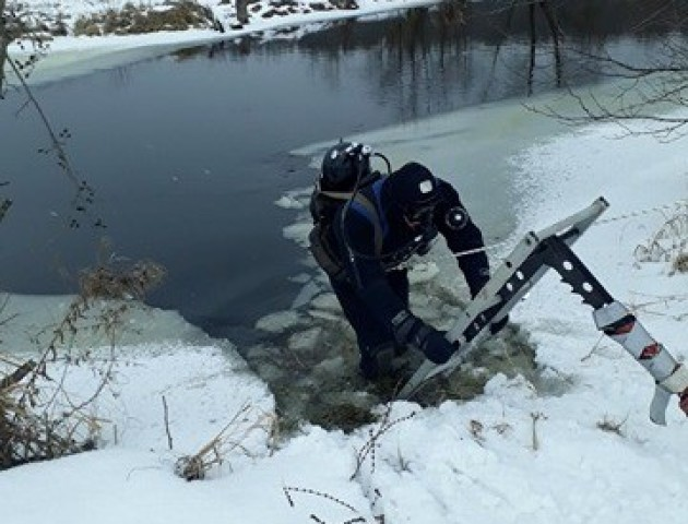 Волинські рятувальники продовжують шукати підлітка, який провалився під кригу на річці Стохід