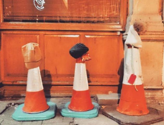 Навіщо англійці залишають свої шапки, шарфи та рукавички посеред вулиці. ФОТО