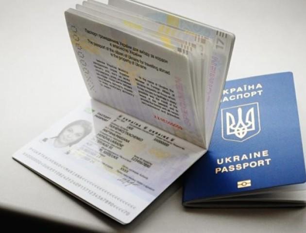 У Володимир-Волинському ЦНАПі - двотижневі черги для подачі документів на біометричний паспорт