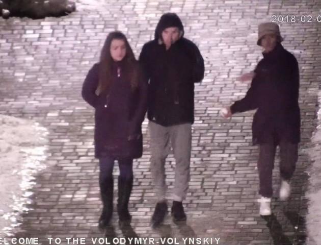 У Володимирі розшукують хлопця, який кидав сніжки по вітринах місцевих магазинів