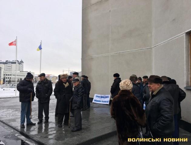 Під Волинською ОДА - мітинг військових пенсіонерів. ФОТО