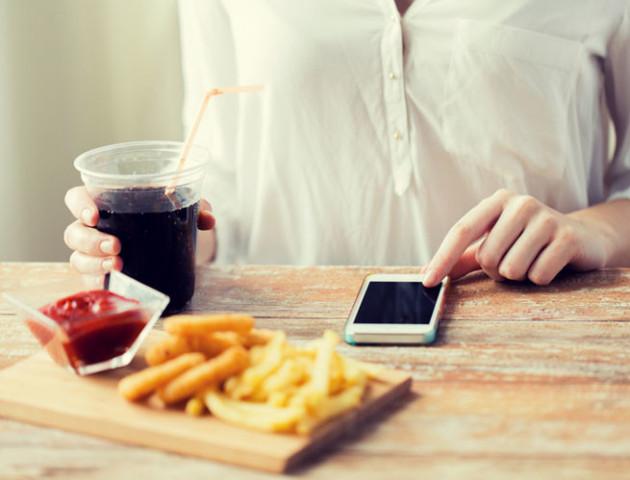 Відкладіть телефон під час їжі. Це зробить вас щасливішими, – вчені